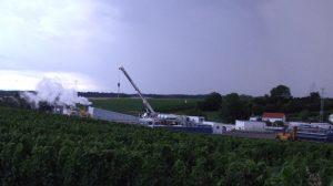 Geothermiebohrung Insheim am 23.7.2009 in den Weinbergen. Aus dem Bohrloch strömt Dampf und heißes salzhaltiges Wasser